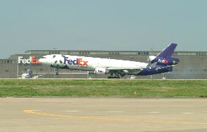 Fedex_plane_arriving_with_pandas_20030407_001.jpg.jpg